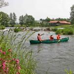 Familien paddeln ins Abenteuer auf dem Regen