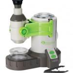 Kleine Outdoor-Forscher vergrößern sich ihre Welt mit dem Mikroskop