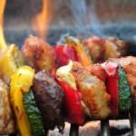 Vegetarische Olympia-Spieße brutzeln am Lagerfeuer