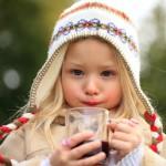 Kinderpunsch hält beim Schlittenfahren Eltern und Kinder warm