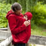 Auf der ISPO ausgezeichnet: Allwetterjacke, Schwangerschafts- und Babytrageeinsatz von Mamalila