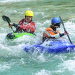 Auf der Lenne lernen Anfänger mit dem Wildwasser Kajak zu fahren