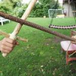 Outdoor Kinder basteln einen Säbel aus Holz