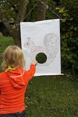 Eichhörnchen füttern, auch das gehört zur Schnitzeljagd. Foto (c) Kinderoutdoor.de