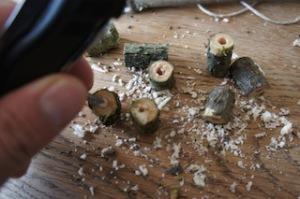 Nun schneidet Ihr den Holunder klein her und höhlt das Holz aus.  Foto (c) kinderoutdoor.de