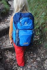 Im Deuter Junior findet alles Platz, was ein Kind für eine Tageswanderung braucht.  Foto (c) kinderoutdoor.de