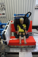 Mit Crashtest Dummies erforscht Britax Römer, welche Kräfte auf die Kinder bei einem Aufprall einwirken.  Foto (c) kinderoutdoor.de