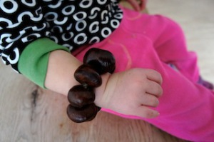 Fertig ist das Armband aus Kastanien.  foto (c) kinderoutdoor.de