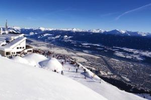 Skiurlaub und Stadt? Innsbruck bringt es zusammen!Innerhalb von 20 Minuten geht es von der Innenstadt auf die Nordkette. Das Skigebiet ist sowohl für Pistenfahrer als auch für Freerider ein ideales Ziel – mit Panoramablick auf Innsbrucks Dächer. Copyright: Innsbruck Tourismus Foto (c)