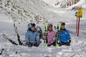 Kinderski von elan und die Knilche haben Spaß im Schnee.  Foto (c) Jure Niedorf elan
