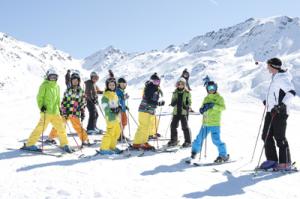 """Familienskigebiet mit Herz: Direkt an der Bergstation der Medrigjochbahn liegt der """"Kids Club"""", in dem Kinder mit Gleichaltrigen Skifahren lernen. Copyright: Bergbahnen See"""