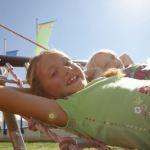 Outdoor Kinder sind in der Silvretta Montafon mit dem Berggeist Graf Hugo unterwegs