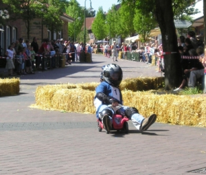 Flott geht es mit Bobby Car bei der Schnitzeljagd dahin. Na ja, nicht ganz so flott wie bei diesem Rennen.  foto (c) Bredehorn.J  / pixelio.de
