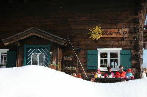 Nach einer Schneeschuhtour im Kleinwalsertal tut eine Pause in der Sonne vor einer urigen Berghütte der ganzen Familie gut.  Foto (c) © Kleinwalsertal Tourismus eGen        Allgemeine Pressetexte Hier finden Sie aktuelle Pressetexte zum Sommer und Winter im Kleinwalsertal. (c) Kleinwalsertal Tourismus eGen