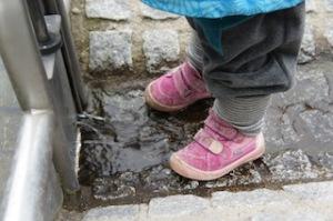 Kinderschuhe müssen einiges aushalten. Da hilft alles nichts irgendwann müsst Ihr die Schuhe putzen. foto (c) kinderoutdoor.de