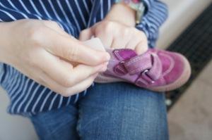 Schuhe putzen bei Rauleder tretern ist mit viel Arbeit verbunden.  Foto (c) kinderoutdoor.de