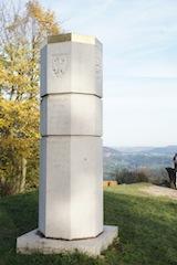 Die Stauferstele auf dem Hohenstaufen. Hier stand einst der Stammsitz der Staufer.  Foto (c) Kinderoutdoor.de