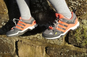 Sieht flott aus und verleiht den Kindern unglaubliche Freude beim Wandern: Der Adidas Terrex GTX K. Foto (c) kinderoutdoor.de