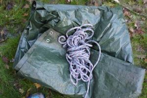 Aus dieser Plane und einem alten Seil bauen wir uns ein Zelt. Foto (c) kinderoutdoor.de