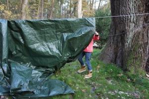 Jetzt die Plane für das Zelt über das Seil legen.  Foto (c) kinderoutdoor.de