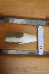 Zuerst das Holz an einem Ende anspitzen.  Foto (c) kinderoutdoor.de