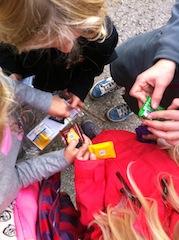 Die Schatzsuche am Kindergeburtstag endet erfolgreich! Süßigkeiten für alle! Foto (c) kinderoutdoor.de