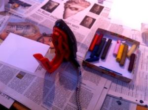 Encaustic für Anfänger: Bügeleisen, Encausticfarben und Papier liegen bereit.  Foto (c) Kinderoutdoor.de
