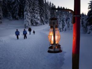 Mit Laternen wandern. In der Ostschweiz ist bis Mitte März ein Wanderweg mit den Laternen erleuchtet.  Foto (c) schweiz tourismus