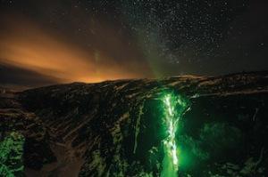Mit einer Stirnlampe kommen Outdoorer und Alpinisten auch nachts die Berge hoch. Wie hier die Mammut Athleten in Norwegen beim Eisklettern.  Foto (c) Thomas Senf, Mammt