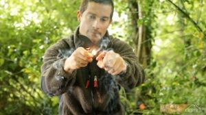 So entzündet der Meister Bear Grylls ein Lagerfeuer. Warum? Vielleicht weil er seine Zündhölzer vergessen hat.  foto (c) gerber tools