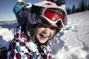 Die familienfreundlichen Unterkünfte der Tiroler Zugspitz Arena bieten spannende Angebote für die ganze Familie. Auf dem Programm stehen unter anderem Schneemannbauen, Erlebnis- und Schneeschuhwanderungen oder das Erforschen von Schneekristallen. Copyright: Tiroler Zugspitz Arena/Uli Wiesmeie