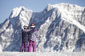 Die Tiroler Zugspitz Arena ist mit ihren überwiegend blauen und roten Pisten sowie viel Übungsgelände für Anfänger optimal, um bei speziellen Kinderskikursen das Skifahren zu lernen. Copyright: Tiroler Zugspitz Arena/Uli Wiesmeier
