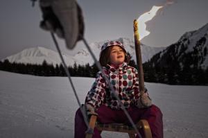 Auch nach Sonnenuntergang wird Familien in der Tiroler Zugspitz Arena eine Menge geboten: Die Skipiste der Ehrwalder Alm verwandelt sich am Dienstag- und Freitagabend in eine beleuchtete Rennbahn für Rodel-Fans. Wer es etwas ruhiger möchte, erlebt bei den mystischen Fackelwanderungen die Bergwelt der Tiroler Zugspitz Arena bei Nacht. Copyright: Tiroler Zugspitz Arena/Uli Wiesmeier