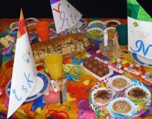 Futtern bis der Notarzt kommt. Zum Glück gibt es tolle Geburtstagsspiele. Foto (c) Claudia Hautumm  / pixelio.d