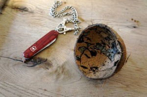 Basteln mit Naturmaterialien: Aus dieser Kokosnuss entsteht ein Anhänger.  Foto (c) Kinderoutdoor.de