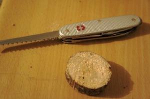 Zuerst eine Scheibe abschneiden.  Foto (c) Kinderoutdoor.de