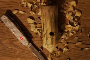 Jetzt den Mund vom Räuchermännchen bohren.  foto (c) kinderoutdoor.de