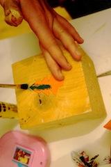 Jetzt den Stempel mit der Wasserfarbe anmalen.  Foto (c) kinderoutdoor.de