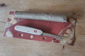 Um einen Honiglöffel zu schnitzen braucht Ihr nur diese drei Sachen.  Foto (c) kinderoutdoor.de