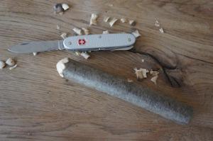 Zuerst ein Ende vom Holz zu einer Halbkugel schnitzen.  Foto (c) kinderoutdoor.de