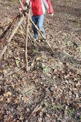 Viele Äste ergeben auch ein Zelt.  Foto (c) kinderoutdoor.de