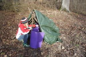 Bald ist das Zelt im Wald fertig.  Foto (c) kinderoutdoor.de