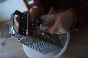 Diese Chips schmecken noch nach weniger, als die die Ihr im Supermarkt zu kaufen bekommt.  Foto (c) kinderoutdoor.de