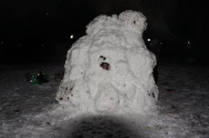 Fertig ist unser Schneehaus.  Foto (c) kinderoutdoor.de