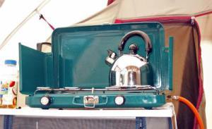 Trautes Heim, Glück allein! Ein Gaskocher für die Teestunde.  Foto (c)  magicpen  / pixelio.de