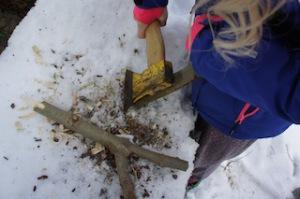 Wenn Kinder basteln, dann kann auch mal ein Beil mit dabei sein. Hier spitzen wir die Astgabeln an.  Foto (c) kinderoutdoor.de