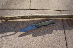 Hier ist alles was Ihr braucht um einen Holzlöffel zu schnitzen.  Foto (c) kinderoutdoor.de