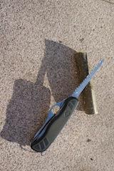 Zuerst einmal ein passendes Stück aus dem Ast schneiden. Mit einem Taschenmesser, das eine Säge hat, geht es unglaublich leicht. Foto (c) kinderoutdoor.de
