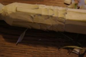 "100% Daune?! Mit dem Taschenmesser lassen sich ""Federn"" als Zierde in den Totempfahl schnitzen.  Foto (c) kinderoutdoor.de"