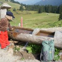 Urlaub auf der Alm: Fließend Wasser gehört natürlich auch dazu!  Foto (c) kinderoutdoor.de
